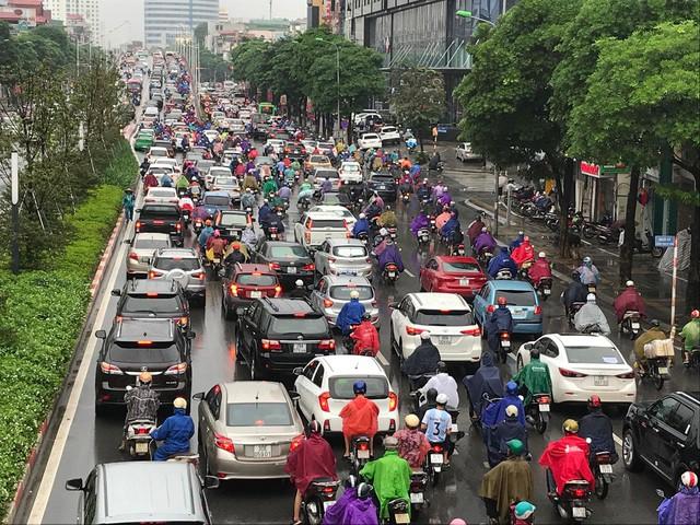 Hà Nội mưa lớn từ sáng sớm, nhiều tuyến phố ngập lụt, ách tắc - Ảnh 10.
