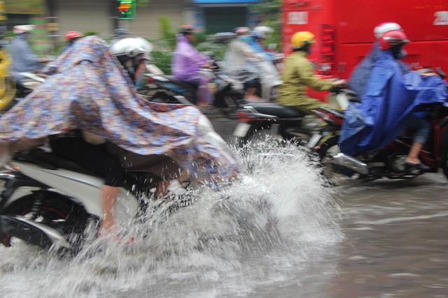 Hà Nội mưa lớn từ sáng sớm, nhiều tuyến phố ngập lụt, ách tắc - Ảnh 2.