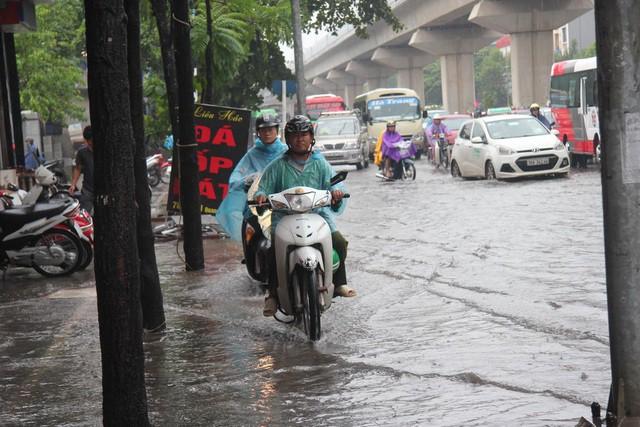 Hà Nội mưa lớn từ sáng sớm, nhiều tuyến phố ngập lụt, ách tắc - Ảnh 3.