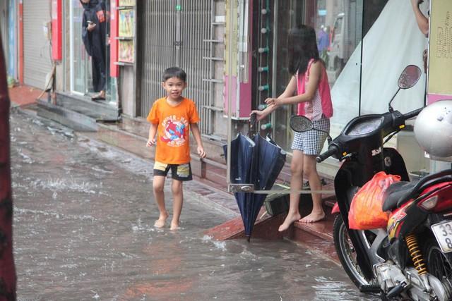 Hà Nội mưa lớn từ sáng sớm, nhiều tuyến phố ngập lụt, ách tắc - Ảnh 4.
