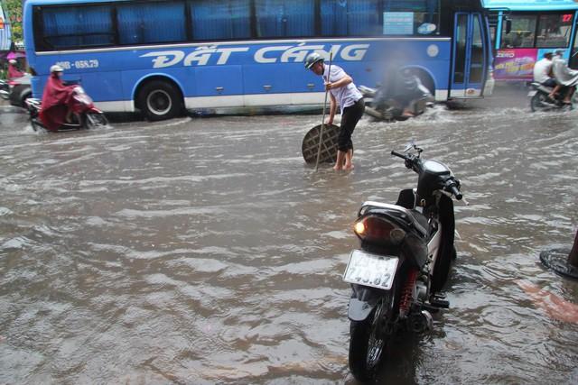Hà Nội mưa lớn từ sáng sớm, nhiều tuyến phố ngập lụt, ách tắc - Ảnh 5.