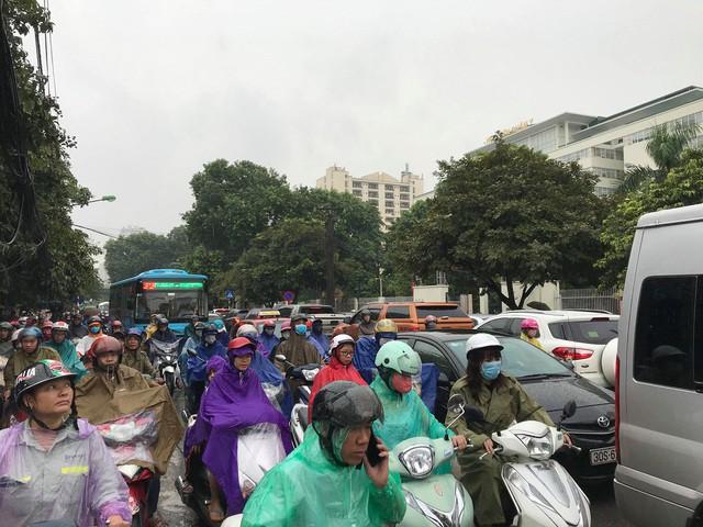 Hà Nội mưa lớn từ sáng sớm, nhiều tuyến phố ngập lụt, ách tắc - Ảnh 6.