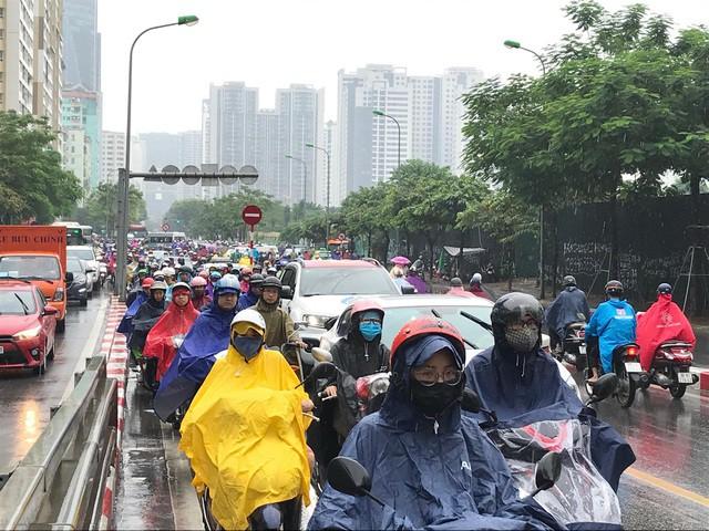Hà Nội mưa lớn từ sáng sớm, nhiều tuyến phố ngập lụt, ách tắc - Ảnh 8.