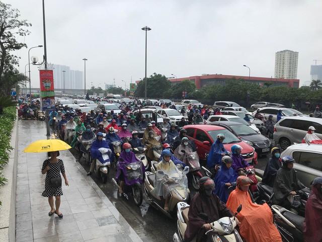 Hà Nội mưa lớn từ sáng sớm, nhiều tuyến phố ngập lụt, ách tắc - Ảnh 9.