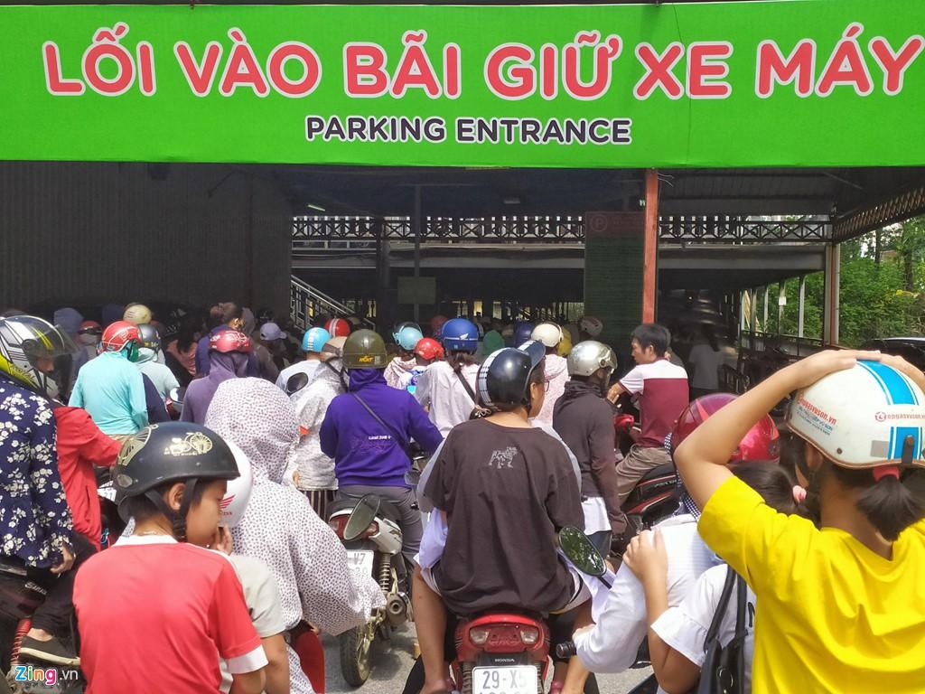 Chen chúc không chỗ hở trong siêu thị ngày Quốc khánh - Ảnh 1.
