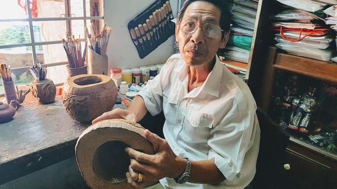 Thổi hồn vào vỏ dừa khô, bán 1,2 triệu đồng/cái - Ảnh 1.
