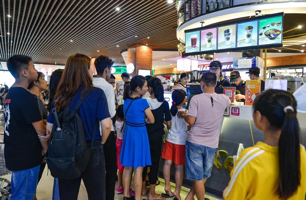 Chen chúc không chỗ hở trong siêu thị ngày Quốc khánh - Ảnh 10.