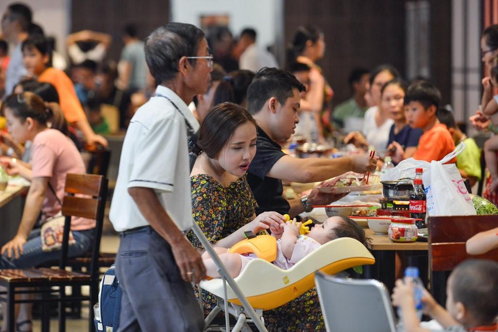 Chen chúc không chỗ hở trong siêu thị ngày Quốc khánh - Ảnh 11.
