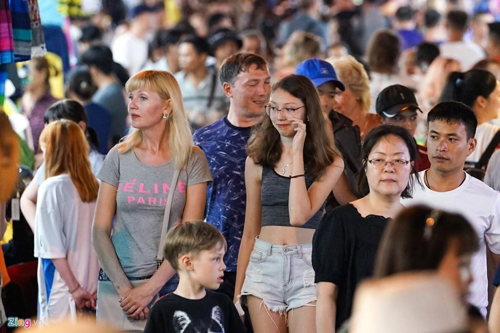 Vào chợ đêm Nha Trang cứ ngỡ như đang mua sắm ở nước ngoài - Ảnh 12.