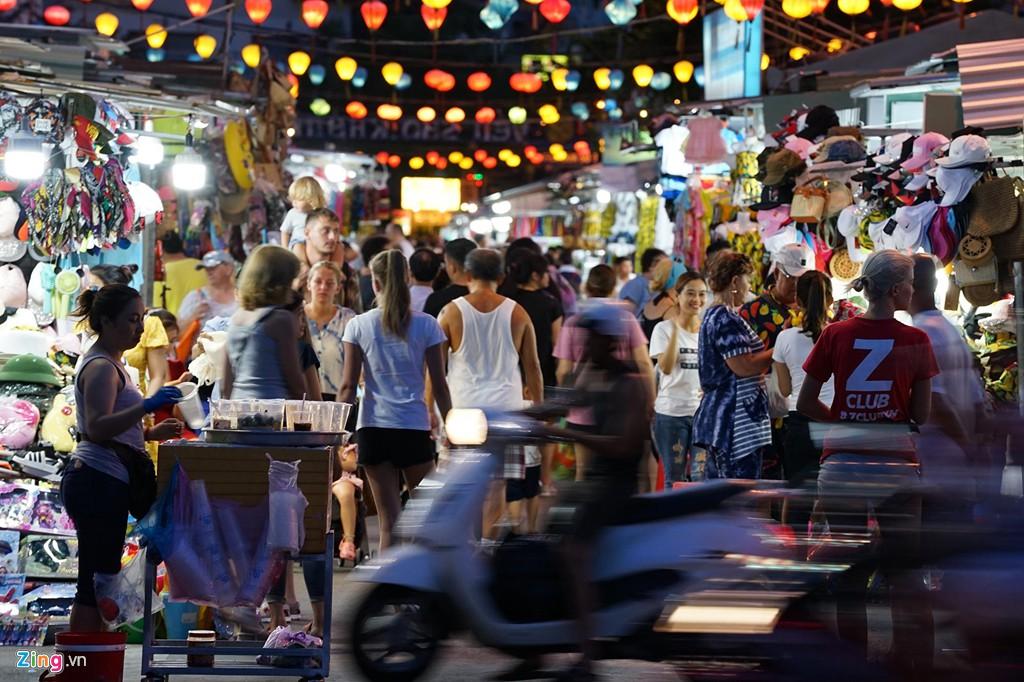 Vào chợ đêm Nha Trang cứ ngỡ như đang mua sắm ở nước ngoài - Ảnh 2.