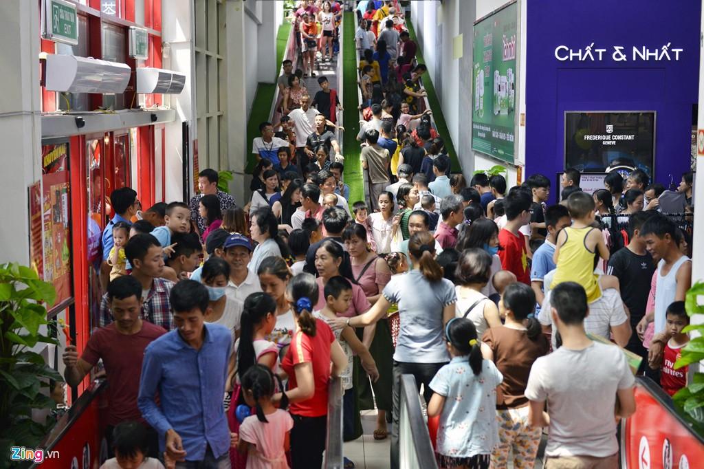 Chen chúc không chỗ hở trong siêu thị ngày Quốc khánh - Ảnh 2.