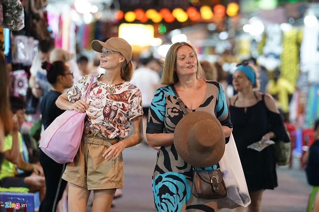 Vào chợ đêm Nha Trang cứ ngỡ như đang mua sắm ở nước ngoài - Ảnh 3.