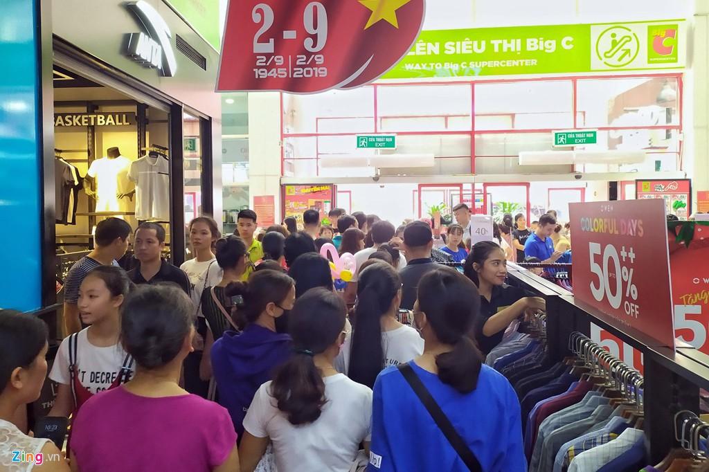 Chen chúc không chỗ hở trong siêu thị ngày Quốc khánh - Ảnh 3.
