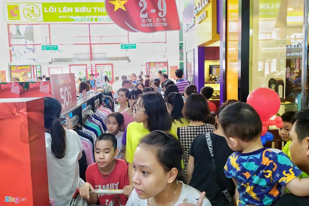 Chen chúc không chỗ hở trong siêu thị ngày Quốc khánh - Ảnh 4.