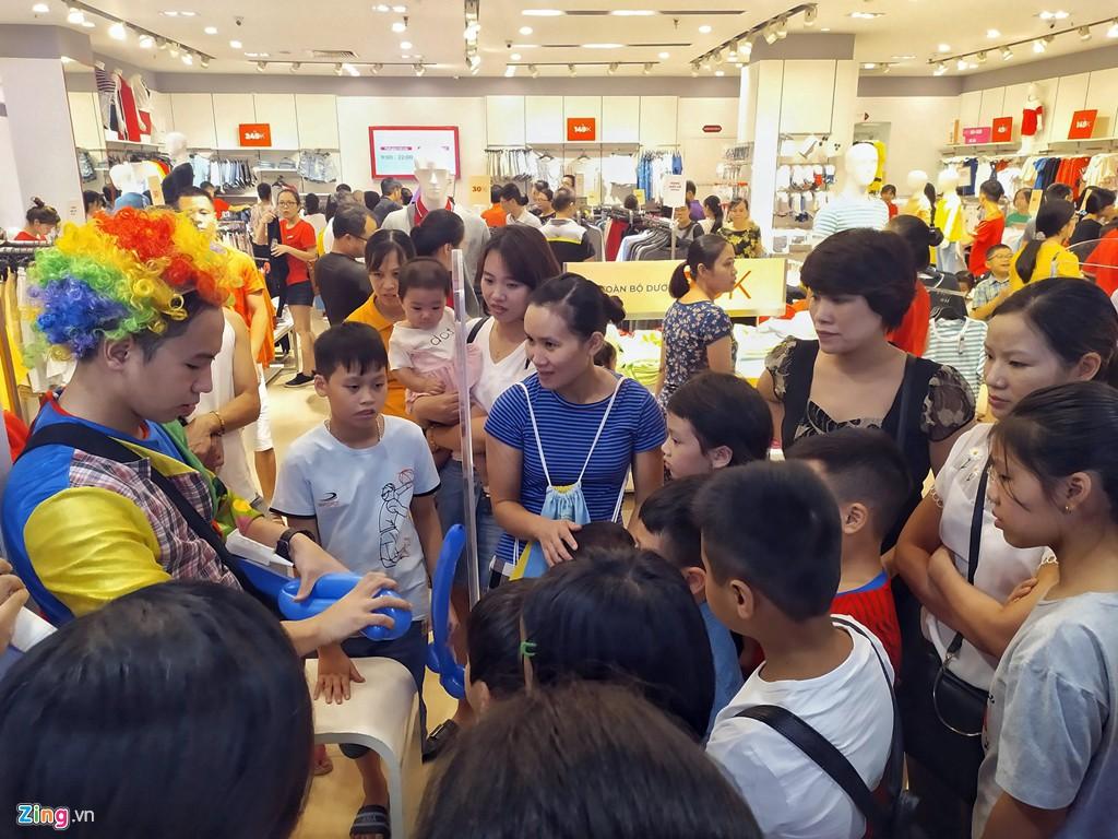 Chen chúc không chỗ hở trong siêu thị ngày Quốc khánh - Ảnh 5.