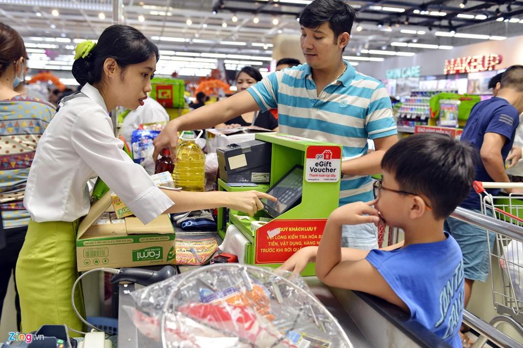Chen chúc không chỗ hở trong siêu thị ngày Quốc khánh - Ảnh 6.