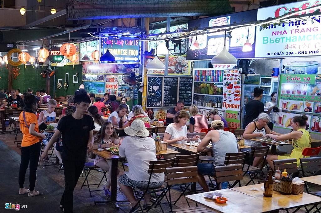 Vào chợ đêm Nha Trang cứ ngỡ như đang mua sắm ở nước ngoài - Ảnh 8.