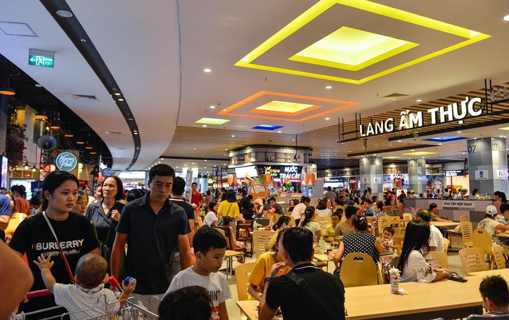 Chen chúc không chỗ hở trong siêu thị ngày Quốc khánh - Ảnh 8.