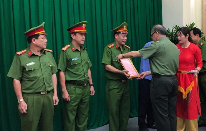 Cảnh sát thu 9 tỉ, 20 thỏi vàng khi khám xét Công ty Alibaba - Ảnh 1.