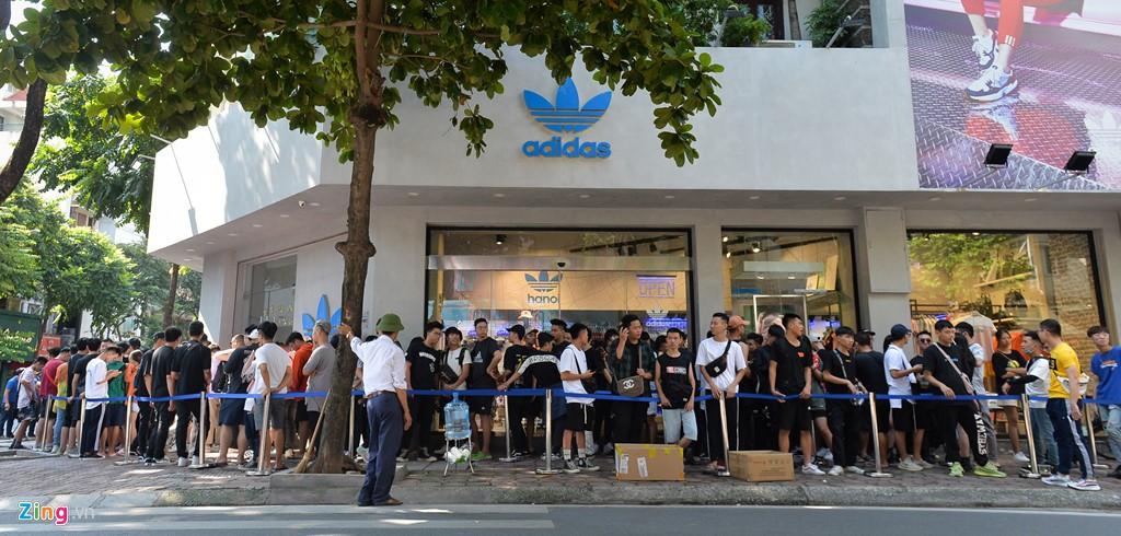 Ăn ngủ 4 ngày ngoài phố mua giày Yeezy, bán lãi ngay 6 triệu đồng - Ảnh 1.