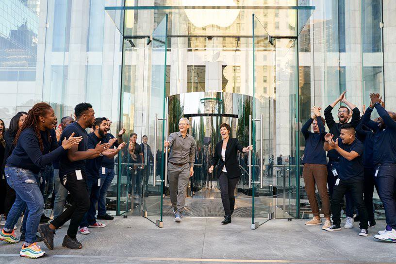 """Bên trong Apple Store Fifth Avenue """"huyền thoại"""" ngày mở cửa trở lại - Ảnh 1."""