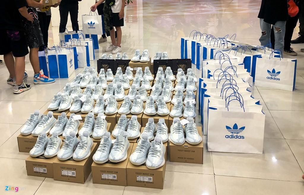 Ăn ngủ 4 ngày ngoài phố mua giày Yeezy, bán lãi ngay 6 triệu đồng - Ảnh 10.