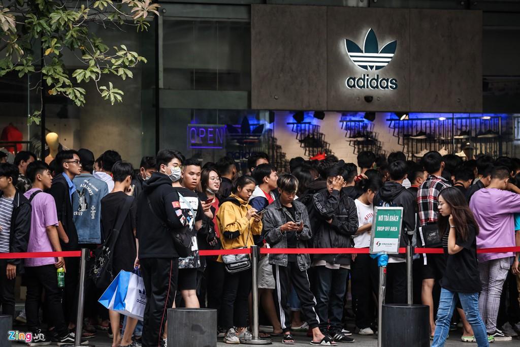 Ăn ngủ 4 ngày ngoài phố mua giày Yeezy, bán lãi ngay 6 triệu đồng - Ảnh 11.