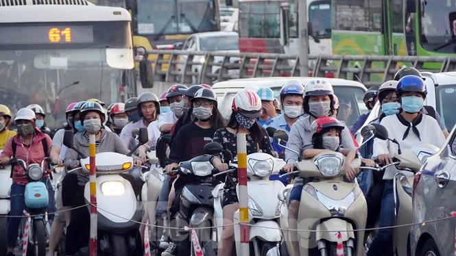 Cuối tuần đường phố Hà Nội vẫn tắc cứng - Ảnh 11.