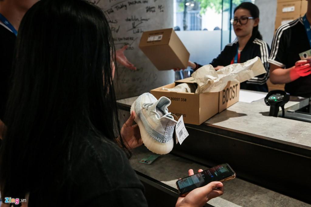 Ăn ngủ 4 ngày ngoài phố mua giày Yeezy, bán lãi ngay 6 triệu đồng - Ảnh 12.