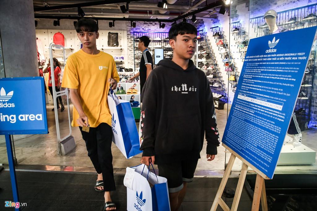 Ăn ngủ 4 ngày ngoài phố mua giày Yeezy, bán lãi ngay 6 triệu đồng - Ảnh 13.