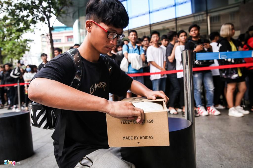 Ăn ngủ 4 ngày ngoài phố mua giày Yeezy, bán lãi ngay 6 triệu đồng - Ảnh 15.