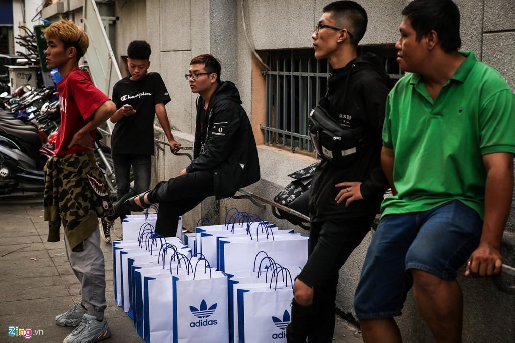 Ăn ngủ 4 ngày ngoài phố mua giày Yeezy, bán lãi ngay 6 triệu đồng - Ảnh 17.