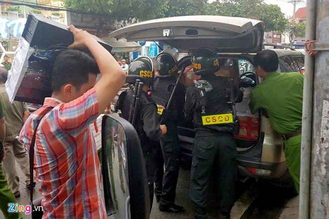 Cảnh sát thu 9 tỉ, 20 thỏi vàng khi khám xét Công ty Alibaba - Ảnh 2.