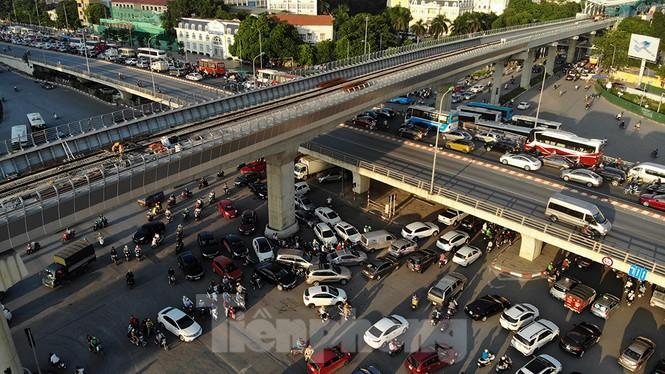 Cuối tuần đường phố Hà Nội vẫn tắc cứng - Ảnh 2.