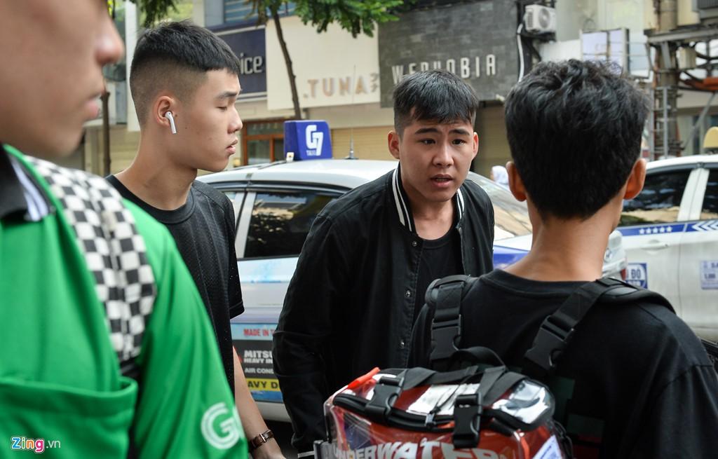 Ăn ngủ 4 ngày ngoài phố mua giày Yeezy, bán lãi ngay 6 triệu đồng - Ảnh 3.