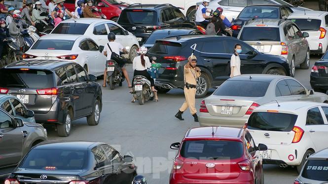 Cuối tuần đường phố Hà Nội vẫn tắc cứng - Ảnh 4.