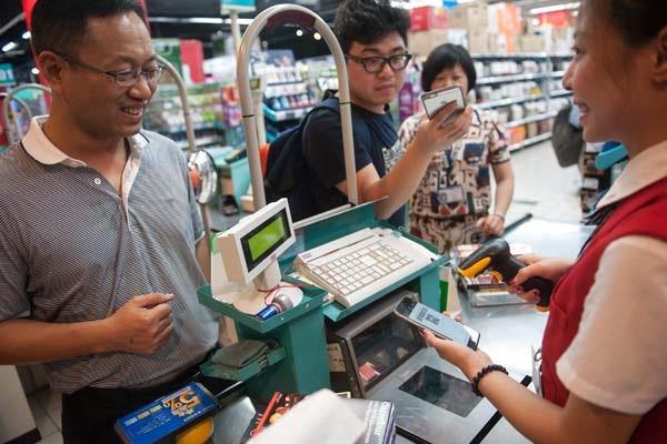 Thẻ tín dụng thất thế trong cuộc đua không dùng tiền mặt ở châu Á - Ảnh 1.