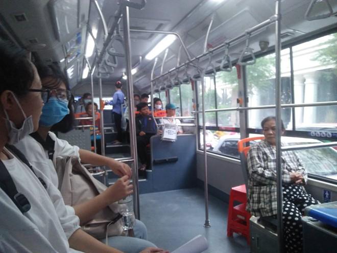 Đôi vợ chồng cùng sống, cùng làm trên một chiếc xe buýt - Ảnh 1.