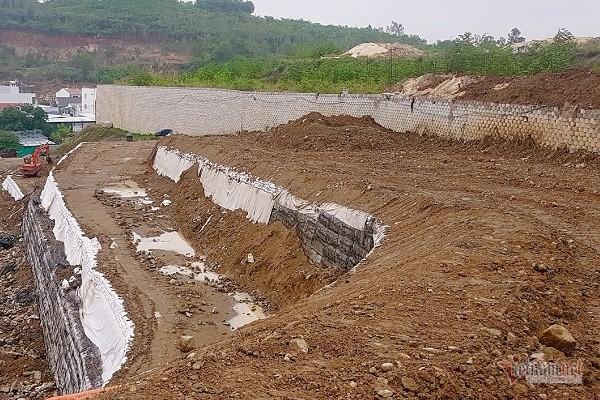 Khánh Hòa: Hoàn tất tháo dỡ bức tường 'khổng lồ' trên đầu nhà dân - Ảnh 1.