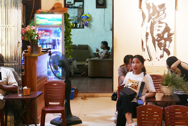 Xóm đường tàu phố cổ Hà Nội thành điểm chơi đêm nhộn nhịp - Ảnh 10.