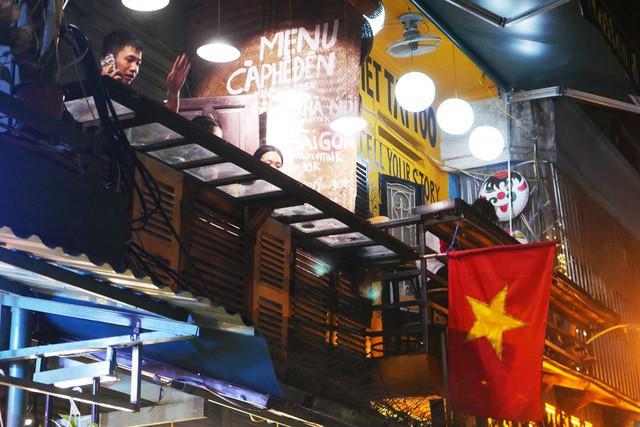 Xóm đường tàu phố cổ Hà Nội thành điểm chơi đêm nhộn nhịp - Ảnh 11.