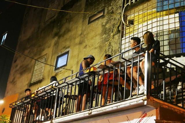 Xóm đường tàu phố cổ Hà Nội thành điểm chơi đêm nhộn nhịp - Ảnh 12.