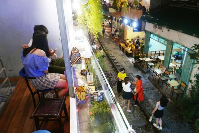 Xóm đường tàu phố cổ Hà Nội thành điểm chơi đêm nhộn nhịp - Ảnh 13.