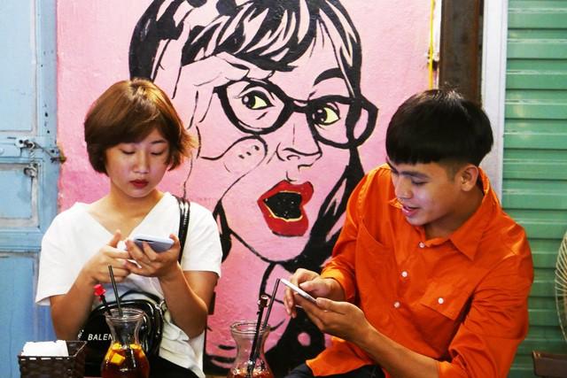 Xóm đường tàu phố cổ Hà Nội thành điểm chơi đêm nhộn nhịp - Ảnh 14.