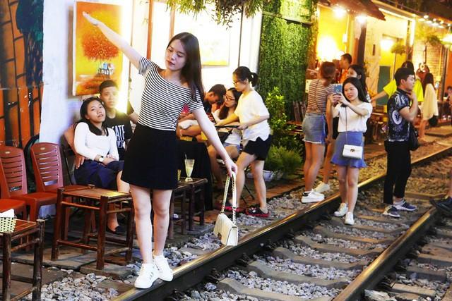 Xóm đường tàu phố cổ Hà Nội thành điểm chơi đêm nhộn nhịp - Ảnh 15.