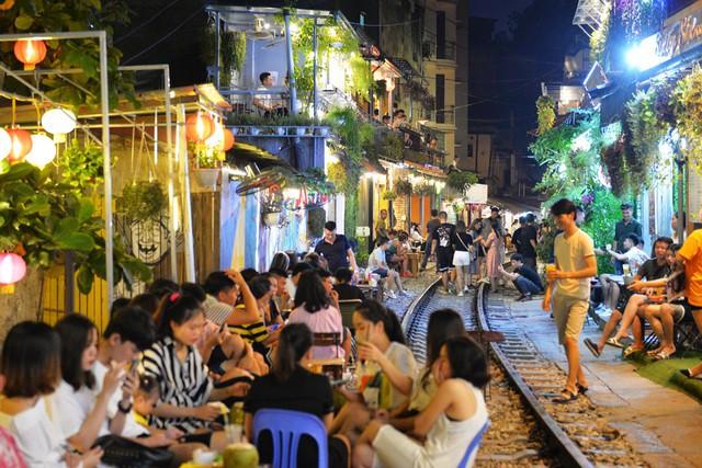 Xóm đường tàu phố cổ Hà Nội thành điểm chơi đêm nhộn nhịp - Ảnh 16.