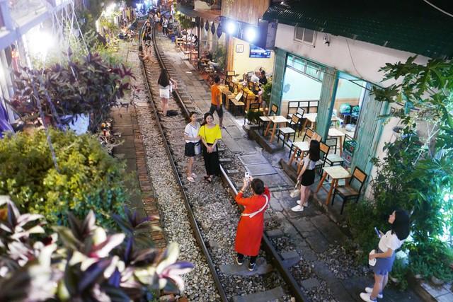 Xóm đường tàu phố cổ Hà Nội thành điểm chơi đêm nhộn nhịp - Ảnh 2.