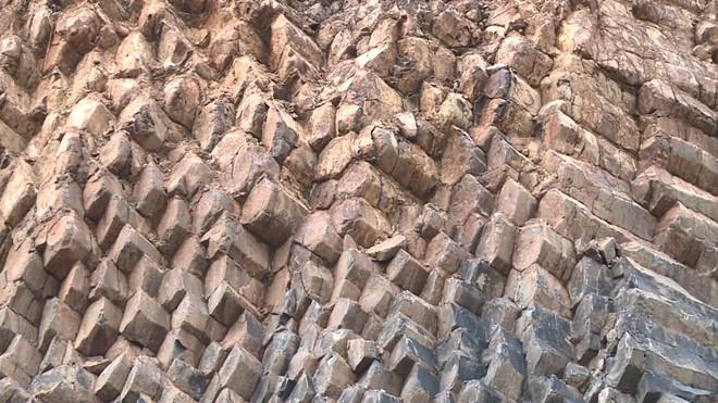 Độc đáo 'Gành Đá Đĩa' trên núi ở Phú Yên với kết cấu địa chất đặc biệt - Ảnh 2.
