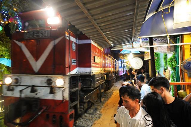 Xóm đường tàu phố cổ Hà Nội thành điểm chơi đêm nhộn nhịp - Ảnh 4.