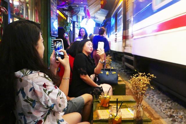 Xóm đường tàu phố cổ Hà Nội thành điểm chơi đêm nhộn nhịp - Ảnh 5.